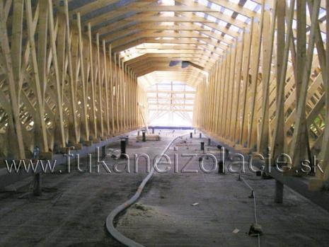 Fúkaná izolácia aplikovaná na strop základnej školy