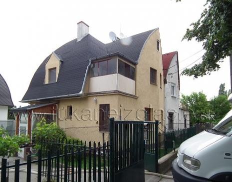 Zateplenie atypickej strechy rodinného domu fúkanou izoláciou